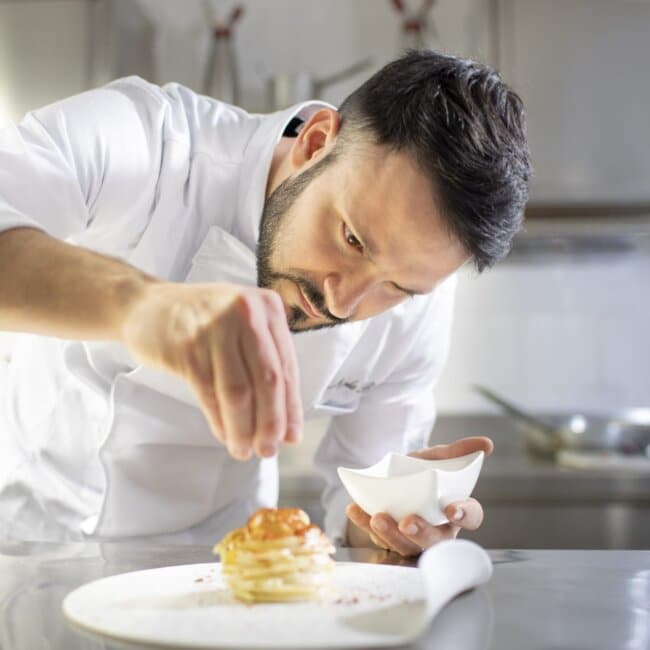 Chef Nicola Bandi al lavoro all'Osteria Il Moro Trapani